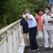 越水した重留川を調査する(右から)まつざき候補、田村議員ら=12日、鹿児島県伊佐市