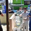被災者から浸水の深さを確認する田村氏(右から3人目)ら=19日、福岡県久留米市津福本町