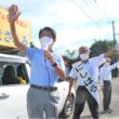 西原政文候補(中)への支援を訴える田村氏(左)=10日、宮崎県えびの市 (2)