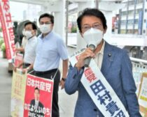 朝宣伝をする(右から)田村氏、出口、大石両市議=13日、北九州市小倉北区