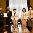 衆院の岡田憲治事務総長(左から3人目)に新品種育成・在来品種保全へ法案を提出する野党議員。左端は田村議員=11日、国会内
