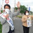 朝宣伝に立つ田村氏(左)と高橋市議=6日、北九州市門司区